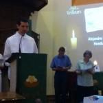 Lionel Lime lit la prière d'intercession pour Alejandro Gomez